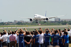 photo Rémy Gabalda/Premier atterissage de l'Airbus A380 Aéroport de Toulouse Blagnac.