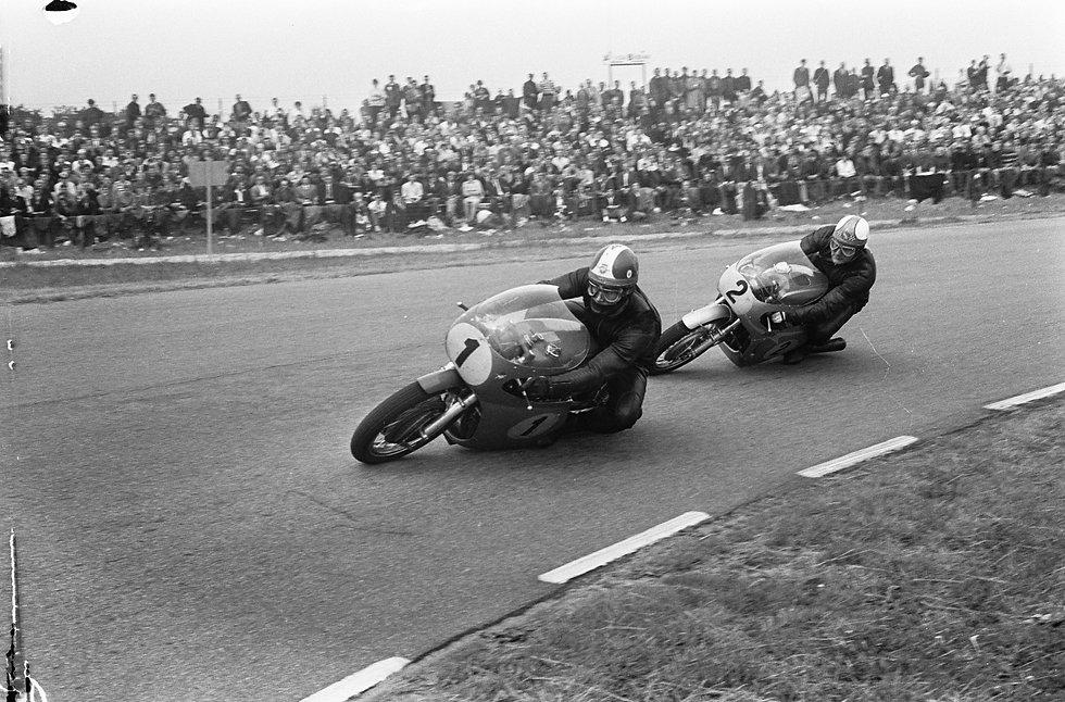 500cc_race._Mike_Hailwood_en_Giacomo_Ago