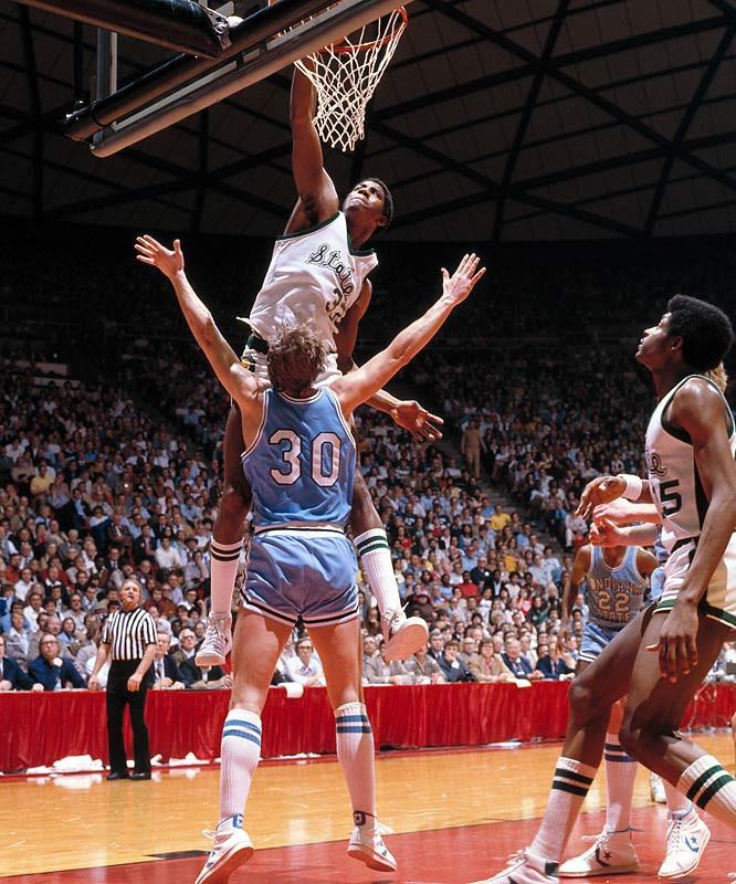 Magic Johnson dunks on Bob Heaton (1979