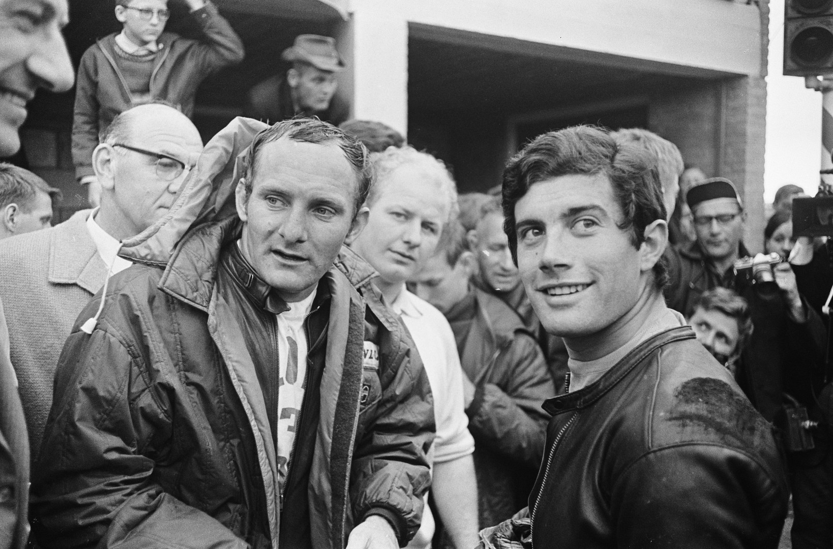 Mike_Hailwood_en_Giacomo_Agostini_in_het