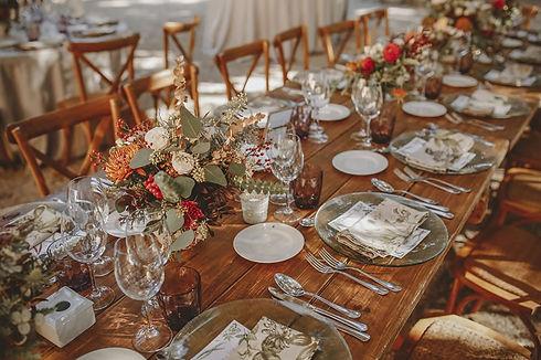alquiler-mobiliario-bodas-mesa-madera-ru