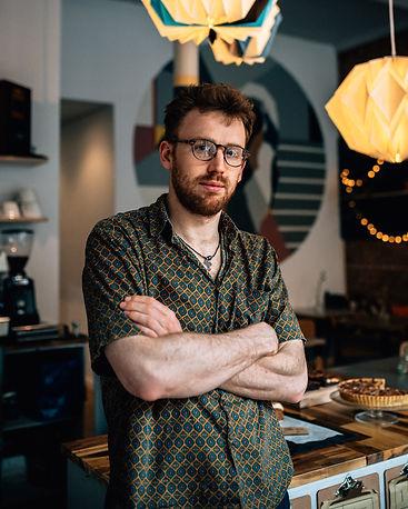 Tom Gentle - In his café Gnom