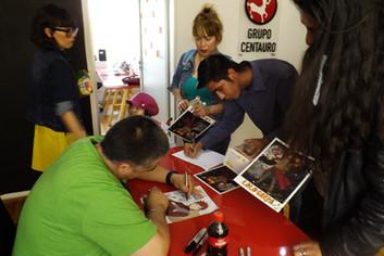 Lalo Garza firmando autógrafos