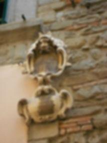 Stemma_sulla_facciata_di_Palazzo_Rospigliosi_di_via_del_Duca.jpg