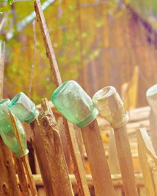 Flaschen auf dem Zaun