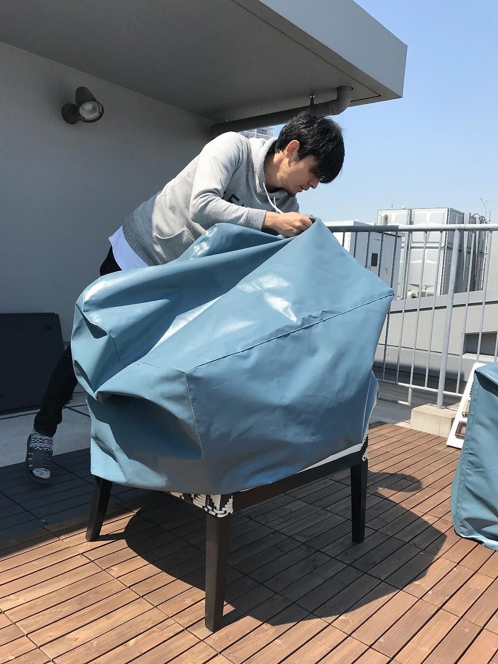 屋外家具 B-guard chairに保護カバーを被せる