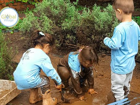 💡 Dica da Global: Crianças que brincam com barro e areia ficam mais fortes e saudáveis