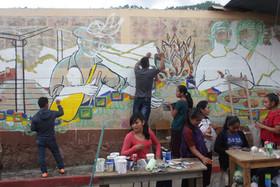 Comenzando la elaboración del mural con materiales reciclables