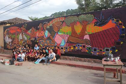 Muurschildering met jongeren rond cultuu