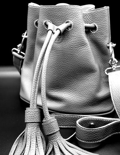 Sac seau, Le Baluchon, LPS, La Petite Saudade, Maroquinerie, Emilie Bertrand, savoir faire français, artisan d'art, maroquinerie de luxe, sac en cuir fait main, collection personnalisable, créateur, pièces uniques, hermes, artisanat, accessoires de mode, sacs haut de gamme, haute maroquinerie, atelier d'art français, cousu main, handmade, made in France, sac en cuir, pochettes, noeud papillon, maroquinerie de luxe, sacs de luxe, fabrication française, créations,