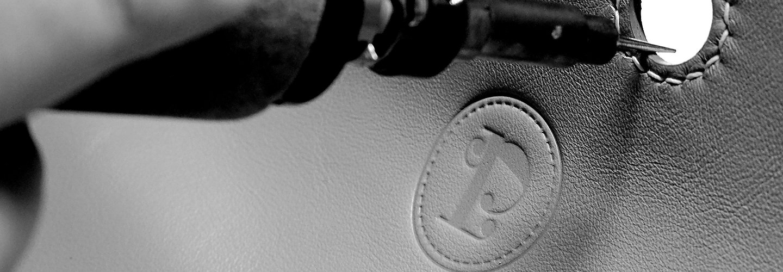 Marquage, LPS, La Petite Saudade, Maroquinerie, Emilie Bertrand, savoir faire français, artisan d'art, maroquinerie de luxe, sac en cuir fait main, collection personnalisable, créateur, pièces uniques, hermes, artisanat, accessoires de mode, sacs haut de gamme, haute maroquinerie, atelier d'art français, cousu main, handmade, made in France, sac en cuir, pochettes, noeud papillon, maroquinerie de luxe, sacs de luxe, fabrication française, créations,