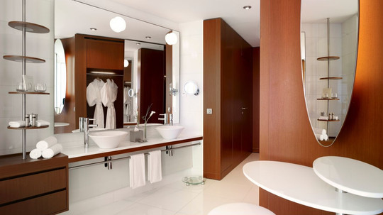 YEKHR-P073-Suite-Bathroom.adapt.16x9.128