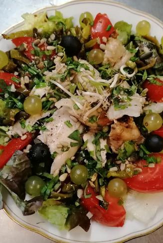 Salade composée de saison avec poulet fermier