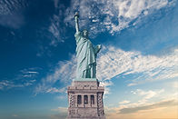 פסל החירות על רקע שמים עם עננים