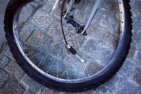 Reifen gerät in Bahnschienen:  Radfahrerin stürzt