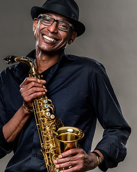 Glimlachende man met saxofoon