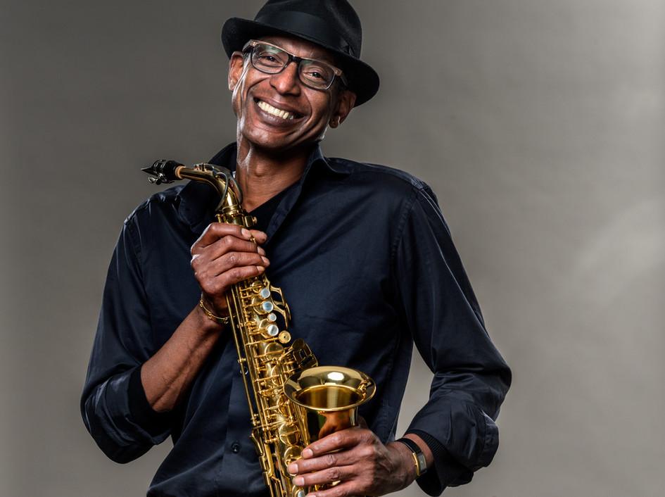 Homem sorridente com saxofone