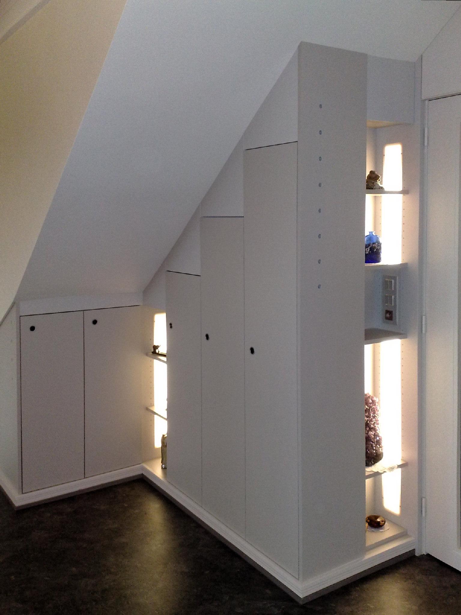 Sous escalier avec éclairage intégré