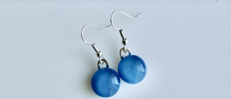 Oorbellen rond blauw