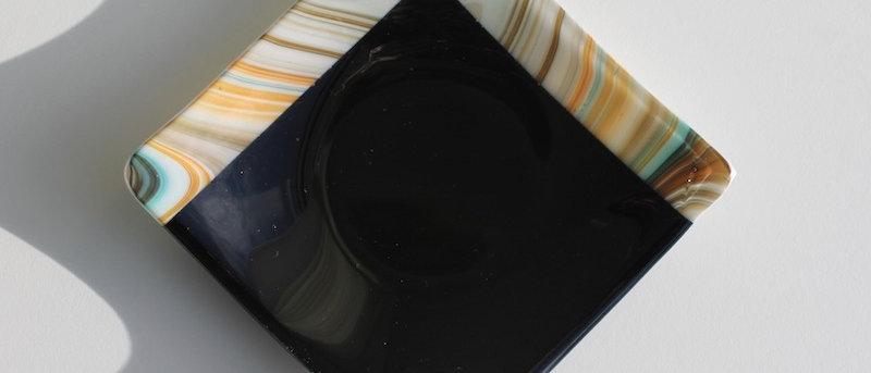 Schaaltje zwart met gekleurde randen