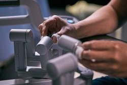 surgeon-hands-on-davinci-system-controls
