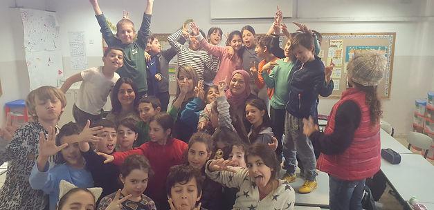 המורה תחיה ריאן מכפר ברא עם תלמידים מבבלי ירושלמי