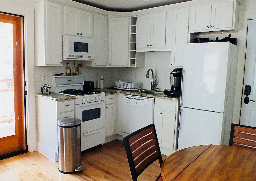 11498_largeapartment_201_kitchen_and_por