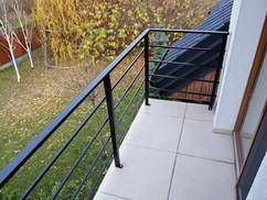 czarna balustrada balkonowa