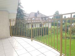 żółta balustrada balkonowa
