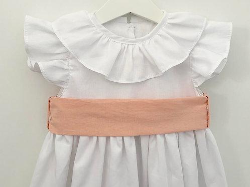 Vestido branco com faixa coral