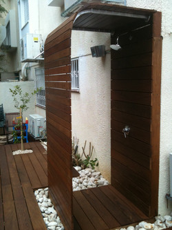 מקלחון בחצר ליד משטח הדק