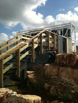 מדרגות על גשר כניסה למרכז המבקרים