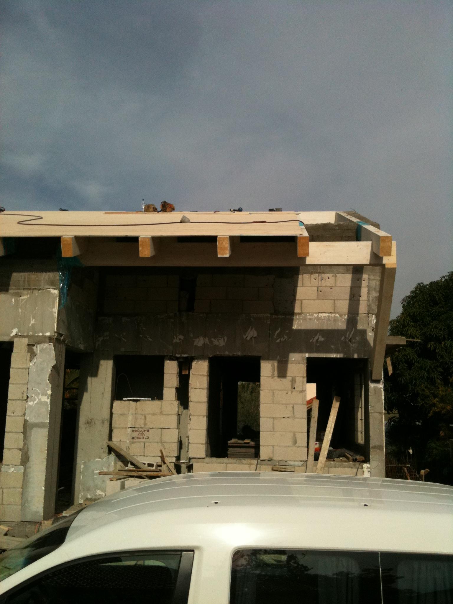 הגג כולל תקרה תלויה בכניסה