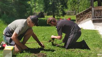 Paul & Jakob legen unseren Kräutergaten an