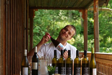 Dani beim Weinverkosten