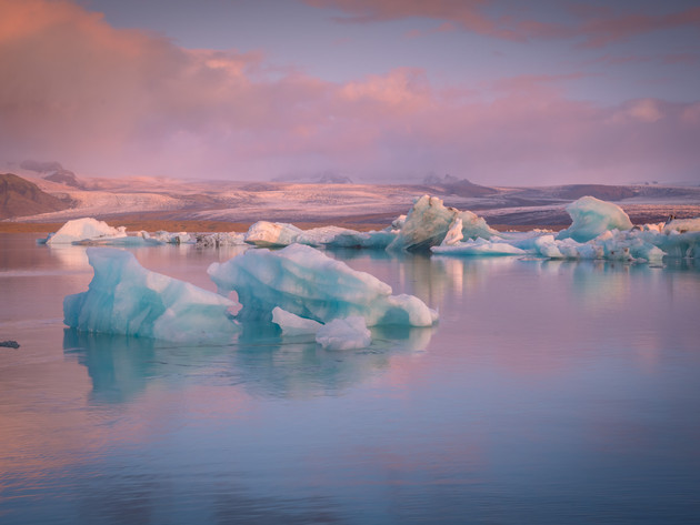 Sunrise and Icebergs at Jökulsárlón Glacier Lagoon
