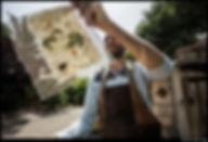 שקד מחזיק נייר עם עלי תות נייר מול השמש