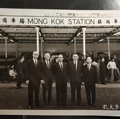 香港七十年代九龙旺角火车站通车庆典老照片一张.jpg