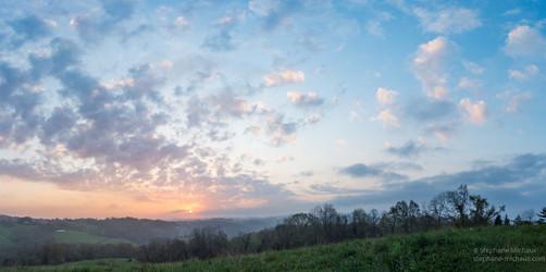 Colline et lever de soleil