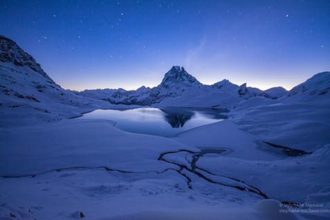 Ciel étoilé d'aurore au lac d'Ayous avec le pic d'Ossau (1)