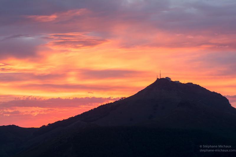 La Rhune en contre jour et ciel coloré de l'aube