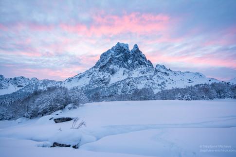 Aube rose l'hiver avec le pic d'Ossau