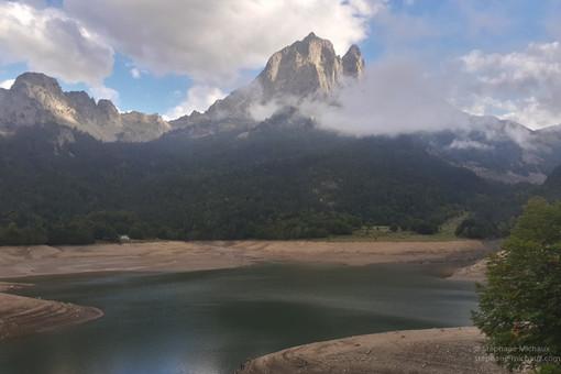 Berges du lac de Bious l'automne et le pic d'Ossau