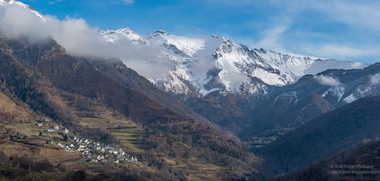 Le village d'Aydius et ses montagnes un hiver