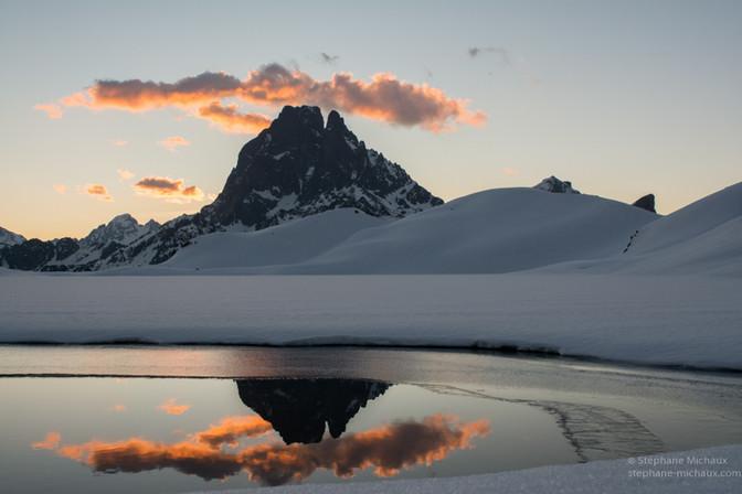 Reflets du pic d'Ossau et son nuage en hiver