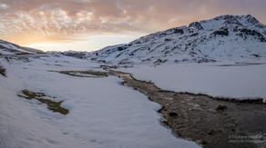 Aube en Val de Tena l'hiver et le torrent