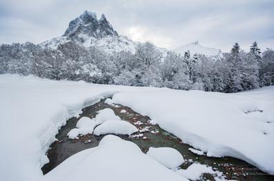 Ruisseau et meringues l'hiver avec le pic d'Ossau