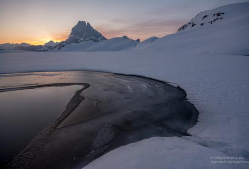 Aurore au lac d'Ayous gelé l'hiver et le pic d'Ossau (2)