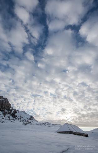 Lumières du matin dans les nuages l'hiver