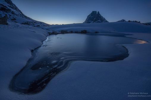 L'heure bleue au lac d'Ayous gelé l'hiver et le pic d'Ossau (1)